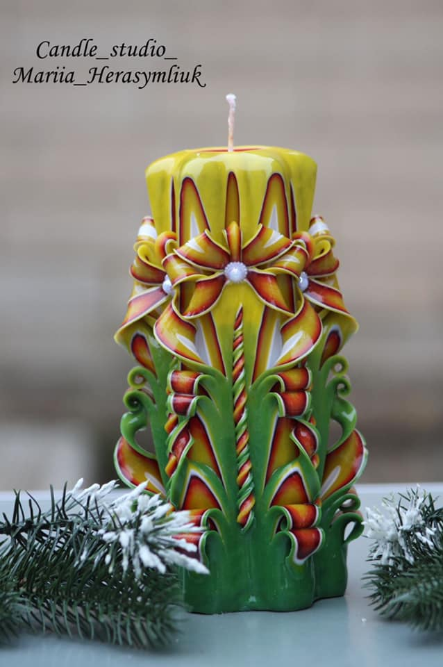 Фіолетово-блакитна свічка ручної роботи.Різьблена свічка У141, виготовлена вручну з високоякісного харчового парафіну П-2 у студії Марії Герасимлюк. Червоний, зелений, жовтий, білий, фіолетовий, рожевий, синій, коричневий та інші кольори