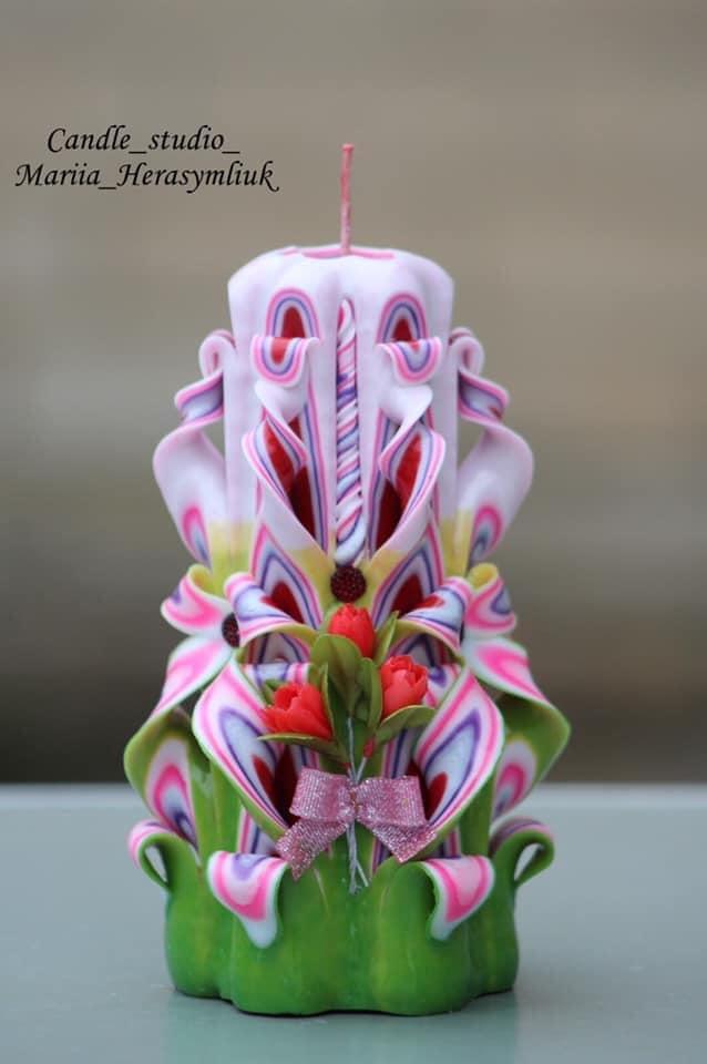 Комплект фіолетових свічок з квітами.Різьблена свічка В6, виготовлена вручну з високоякісного харчового парафіну П-2 у студії Марії Герасимлюк. Червоний, зелений, жовтий, білий, фіолетовий, рожевий, синій, коричневий та інші кольори