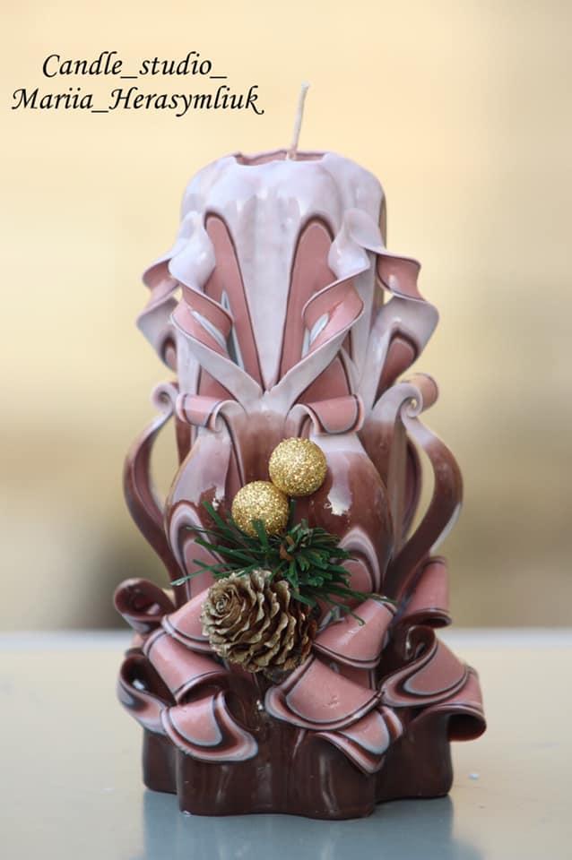 Художня свічка, вогняно-темного кольору.Різьблена свічка У11, виготовлена вручну з високоякісного харчового парафіну П-2 у студії Марії Герасимлюк. Червоний, зелений, жовтий, білий, фіолетовий, рожевий, синій, коричневий та інші кольори