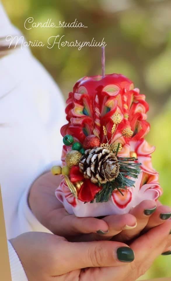 Коричнево-зелена свічка-куля.Різьблена свічка У13, виготовлена вручну з високоякісного харчового парафіну П-2 у студії Марії Герасимлюк. Червоний, зелений, жовтий, білий, фіолетовий, рожевий, синій, коричневий та інші кольори