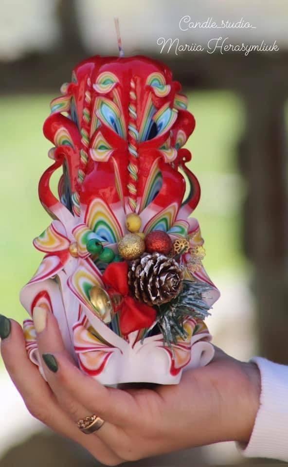 Різдвяна зелена свічка.Різьблена свічка У19, виготовлена вручну з високоякісного харчового парафіну П-2 у студії Марії Герасимлюк. Червоний, зелений, жовтий, білий, фіолетовий, рожевий, синій, коричневий та інші кольори