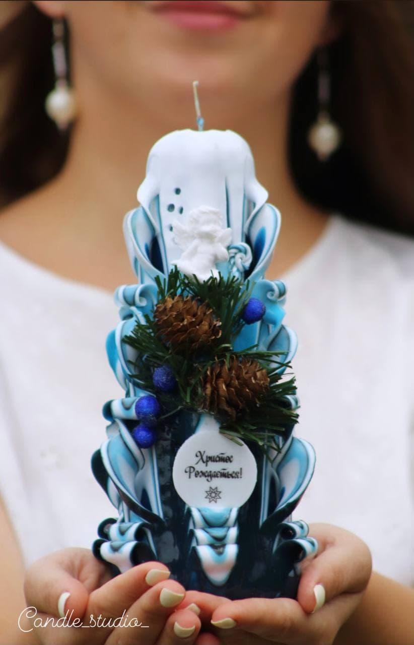 Різдвяна шестигранна синя свічка.Різьблена свічка У26, виготовлена вручну з високоякісного харчового парафіну П-2 у студії Марії Герасимлюк. Червоний, зелений, жовтий, білий, фіолетовий, рожевий, синій, коричневий та інші кольори