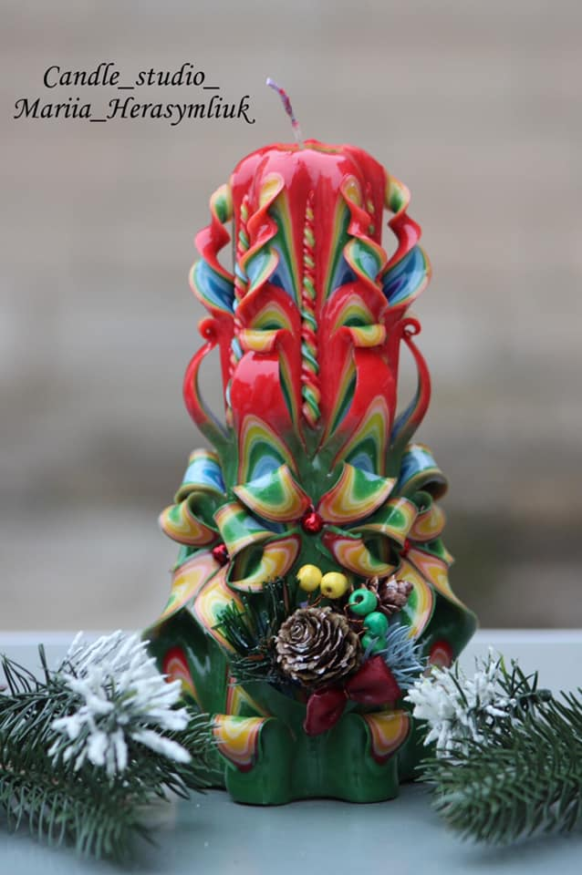Різвяна свічка шестигранна фіолетова.Різьблена свічка У29, виготовлена вручну з високоякісного харчового парафіну П-2 у студії Марії Герасимлюк. Червоний, зелений, жовтий, білий, фіолетовий, рожевий, синій, коричневий та інші кольори
