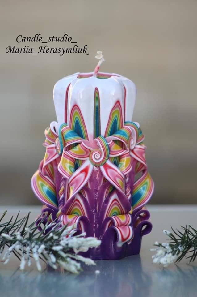 Фіолетова свічка ручної роботи.Різьблена свічка У59, виготовлена вручну з високоякісного харчового парафіну П-2 у студії Марії Герасимлюк. Червоний, зелений, жовтий, білий, фіолетовий, рожевий, синій, коричневий та інші кольори